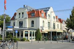 Historische Architektur im Ostseebad Kühlungsborn; die Jugendstilvilla mit Ferienwohnungen und Geschäften im Erdgeschoss steht als herausragendes Baudenkmal der Stadt unter Denkmalschutz.
