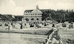 Historische Fotografie vom Ostseebad Kühlungsborn - Blick auf den Strand mit den Sandburgen und Strandkörben, dahinter das Kurhaus.