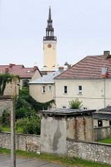 Feldsteineinfriedung / Stadtmauer, Turmrest - Blick über die Dächer von   Groß Strehlitz / Strzelce Opolskie zum Rathausturm.