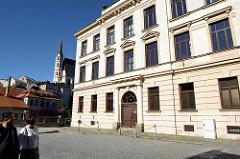 Historisches Schulgebäude  in Krumau / Český Krumlov; im Hintergrund der Kirchturm der Sankt Veitskirche.