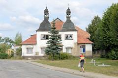 Ehemalige Gaststätte Bierbaum mit Tanzsaal - leerstehendes Gebäude mit Doppelturm in der Straße Vor dem Rühner Tor in Bützow.