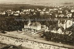 Historische Luftaufnahme von Arendsee / Kühlungsborn an der Ostsee; Blick auf das Kurhaus und die Strandpromenade.