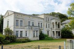 Klassizistische Architektur an der Promenade vom Ostseebad Heiligendamm; leerstehende Villa / Haus Anker - erbaut 1858.