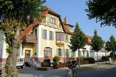 Architektur im Heimatstil, Haus mit Ferienwohnungen - Fachwerkgiebel und  Fenstererker, kaiserliches Postamt in der Strandstraße im Ostseebad Kühlungsborn.