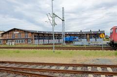 Lokschuppen / Ringsschuppen der Eisenbahn in Wismar; Fachwerkgebäude vom Bahnbetriebswerk Wismar - der  Ringlokschuppen  steht unter Denkmalschutz.
