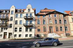Mehrstöckige Häuser der Gründerzeit in der Dr. Leberstraße von Wismar, Balkon mit schmiedeeisernen Balkongitter - das rechte Wohnhaus steht leer.