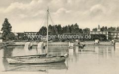 Ostseeküste / Strand bei Boltenhagen - historische Ansicht des Ostseebades, rechts das alte Kurhaus / Hotel Großherzog von Mecklenburg. Badewagen stehen im Wasser, eine der Badekarren wird von einem Pferd gezogen -  die hölzernen Umkleidekabinen