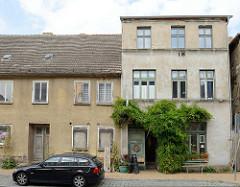 Wohnhäuser in der Rühnerstraße von Bützow, teilweise leerstehend.