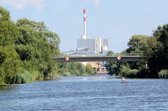Blick über die Hohensaaten-Friedrichsthaler Wasserstraße zum Kraftwerk, das als  Ersatzbrennstoffkraftwerk 2008 errichtet wurde.