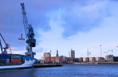 Blick über den Südwest Hafen und der Norderelbe   zum Gebäude vom Kaispeicher A und Neubauten in der Hamburger Hafencity. Links ein Containerschiff sowie Hafenkran am Kamerun.