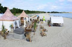 Strand mit Strandkörben und Beachclub im Ostseebad Boltenhagen.