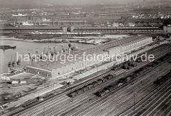 Luftfotografie Hafen Hamburg - Süd West Hafen;  Winkhukkai, ca. 1932. Lagerschuppen 59  mit den Tonnengewölben am Veddeler Damm und den Gleisanlagen des Güterbahnhofs Hamburg Süd - der Togo Kai ist noch nicht befestigt.