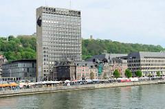 Moderne und historische Architektur am Ufer der Maas in Lüttich / Liège; Bürohochhaus und Gründerzeit - Wohnhäuser.