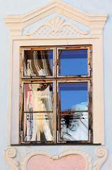 Fenster mit Stuckverzierung - Spiegelung im Fensterglas; historische Altstadt von   Krumau an der Moldau / Český Krumlov.