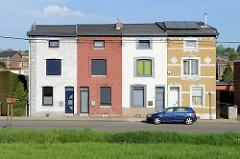 Wohnhäuser / Wohnblock mit vier Wohneinheiten am Albert Kanal in Belgien / Oupey. Die Gebäude hatten ursprünglich eine gleiche Fassadengestaltung, die sich im Laufe der Zeit gravierend verändert hat.