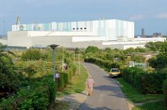 Blick über eine Kleingartenanlage / Schrebergarten in Wismar, dahinter die großen Werftbauten der Werftengruppe Nordic Yards.