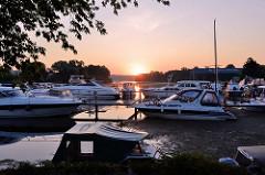 Sonnenaufgang bei der Marina  Oderberg an der Alten Oder; der Hafen und Wasserwanderrastplatz hat ca. 75 Liegeplätze und ein angeschlossenes Restaurant.