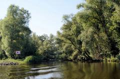 Ufer von der Hohensaaten-Friedrichsthaler Wasserstraße die durch den  Nationalpark Unteres Odertal führt;  beiden stehen am Ufer des Kanals.
