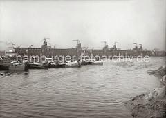 Der alte Petroleumhafen wurde ab der 1920er Jahre zum Südwesthafen umgebaut; Schuten liegen in der Mitte des Hafenbeckens. Im Hintergrund liegen die langgestreckten Kaischuppen 60/61/62 am Kamerunkai.