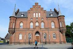Neogotischer Treppengiebel mit seitlichen Türmen - Gerichtsgebäude / Gefängnis in Roskilde.
