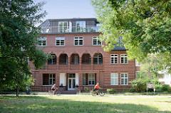 Historische Architektur an der Mittelpromenade im Ostseebad Boltenhagen; denkmalgeschützte Villa mit Ferienwohnungen - Entwurf Fritz Höger.