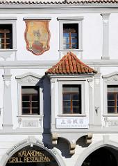 Religiöses Fassadenbild an einem der barocken Gebäude auf dem Marktplatz von Krumau an der Moldau;  das historische Stadtzentrum ist  seit 1992 Weltkulturerbe.