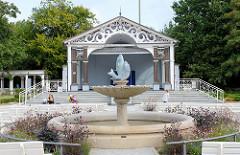 Brunnen und Konzertpavillon im Kurpark vom Ostseebad Boltenhagen.