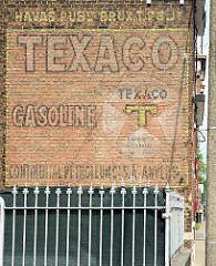 Alte Fassadenwerbung für Gasoline / Benzin - TEXACO Tankstelle in Vise/Cheratte, Belgien.