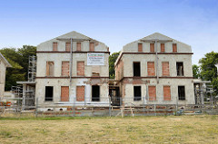Ruinen - entkernte Villen mit zugemauerten Fenstern an der Promenade von Heiligendamm.
