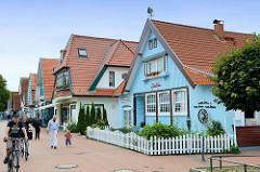 Einzelhäuser mit Souvenirgeschäften und Cafés an der Ostseeallee im Ostseebad Boltenhagen.