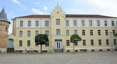 Schlossplatz von Bützow, Gebäude der Grundschule.