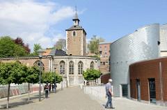 Rechts moderner  Anbau mit Metallfassade beim Justizpalast in Lüttich / Liège - Blick zur  Saint-Servais-Kirche.