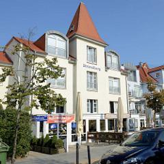 Wohnhaus mit Ferienwohnungen und im Erdgeschoss Geschäfte in der Strandstraße von Kühlungsborn.