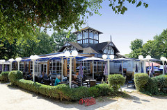 Historische Architektur  in Boltenhagen; denkmalgeschütztes Gebäude eines Restaurants am Strandweg.