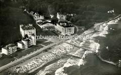 Alte Luftfotografie vom Strand, der Seebrücke und der Hotelanlage / Kurhaus im Ostseebad Heiligendamm.