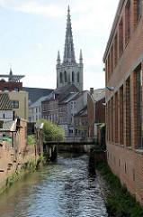 Blick über den kanalisierten Flusslauf der Dijle zur Sankt Gertrude Kirche / Sint Geertrui. Die Kirche wurde im 14. bis 16. Jahrhundert als Pfarrkirche errichtet, der 71 m hoher Turm mit durchbrochener Steinspitze wurde vom flämischen Architekten Ja
