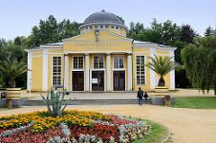 Klassizistische Architektur von der Trinkhalle der Glauberbrunnen in  Franzensbad / Františkovy Lázně.