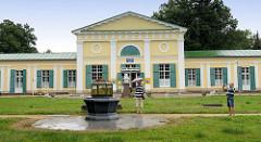 Klassizistische Architektur im Kurort Franzensbad / Františkovy Lázně; die Kolonnaden wurden als Wandelhalle errichtet. Das historische Gebäude wird heute als Automuseum genutzt.