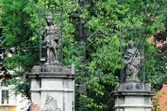 Mit Gittern geschützte barocke Figuren am  Eingang vom Schloss Peterswaldau / Pieszyce. Das Gebäude wurde ursprünglich um 1617 errichtet und 1710 zu einer Barockschloss umgebaut - Umsetzung wahrscheinlich Baumeister Martin Frantz. Nach 1945 Leerstan
