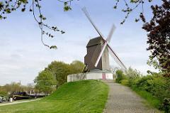 Historische Windmühle / Koeleweimolen am Kanal in Brügge; eine der vier Windmühlen, die auf den ehem.  Verteidiungswällen der Stadt aufgestellt sind.