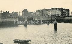 Altes Foto von der Hafenstadt Seebrügge, Blick über das Hafenbecken zu einer eisernen Drehbrücke, Vordergrund ein Holz-Ruderboot.