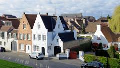 Wohnhäuser und Dächer an  der historischen Wallanlage der Stadt Brügge.