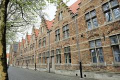 Backsteinfassade vom Hospital Onze-Lieve-Vrouw-Ter-Potterie - Treppengiebel an der Straße Potterierei in Brügge.