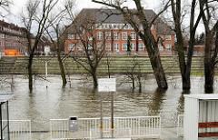 Hochwasser am Fähranleger in Hamburg Finkenwerder.