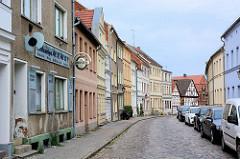 Wohnstraße mit Gebäuden in unterschiedlichem Baustil mit teilweise farbiger Fassade - Fotos aus der Hansestadt Havelberg.