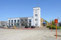 Altes Gebäude der Fischauktionshalle / Fischhalle im Hafen von Seebrügge; jetzt Nutzung u.a. als Restaurant und Museum.