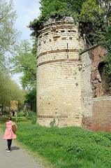 Reste der alten Stadtmauer mit Wehrturm aus dem 12. Jahrhundert in der Stadt Löwen/Leuven.
