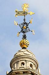 Kuppel /Spitze vom Turm der Universitätsbibliothek  in der Stadt Löwen/Leuven; vergoldete Wetterfahne mit Löwen.
