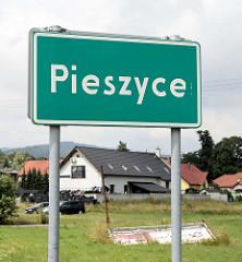 Ortsschild von Pieszyce /  Peterswaldau.