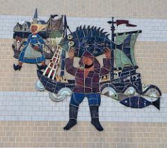 Altes Mosaik von 1971 an der Fassade der Fischhalle in Seebrügge; das Fassadenbild zeigt einen Fischer mit Pfeife und seinem Fischereiboot sowie eine Fischfrau die mit Körben voll frischen Fisch in die Stadt Brügge eilt.